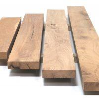 Planparallel gehobelten Bretter und Bohlen aus altem Eichenholz in gemischten Längen und Breiten