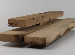 Sägeraue Bretter und Bohlen aus alten Eichenbalken