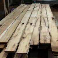 Bretter und Bohlen mit gemischten Maßen in wählbaren Stärken. Das Schnittholz stammt aus den Mittellagen von alten Eichenbalken