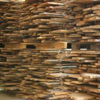 Wir liefern Bretter und Bohlen mit gemischten Maßen in wählbaren Stärken. Das Schnittholz stammt aus den Mittellagen von historischen Eichenbalken.