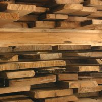 Bretter und Bohlen mit gemischten Maßen in wählbaren Stärken. Das Schnittholz stammt aus den Mittellagen von historischen Eichenbalken