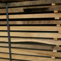 Wir liefern Bretter und Bohlen mit gemischten Maßen in wählbaren Stärken. Das Schnittholz stammt aus den Mittellagen von alten Eichenbalken.