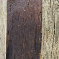 Unsere Wandverkleidung »Rough« aus altem Eichenholz umfasst ein umfangreiches Farbspektrum von hell bis dunkel. Hier in der Nahaufnahme.