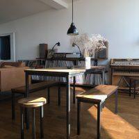 Noch einmal der Sitzplatz mit den Möbeln aus Altholz und Stahl.