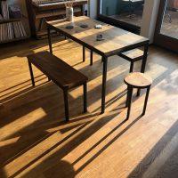 Der Sitzplatz wurde aus historischem Eichenholz gefertigt.
