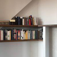 Bücherregal mit Regalbrettern aus historischem Eichenholz.