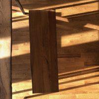 Blick von oben auf die aus altem Eichenholz gefertigte Sitzbank.