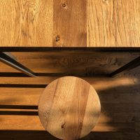 Harmonisches Miteinander von Möbeln und Dielenboden aus altem Eichenholz.