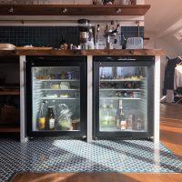 Arbeitsplatte und Regalbretter der Küche sind ebenfalls aus altem Eichenholz.