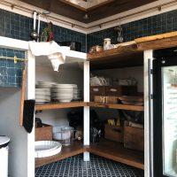 Überecklösung mit Altholz in der Küche.