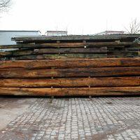 Stapel von Balken aus Altholz aus dem Holzlager von Knapp.