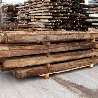 Die Eichenbalken aus Altholz sind preisgünstig und von guter Qualität.