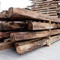 Diese Balken aus Altholz sind preisgünstig und von guter Qualität.