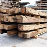 Die Balken aus Altholz sind preisgünstig und von guter Qualität.