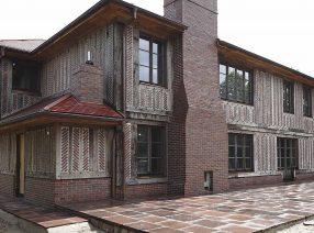 Bei diesem Fachwerkhaus im normannischen Stil wurden 300 Kubikmeter alte Eichenbalken aufgesägt.