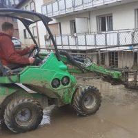 Betriebsleiter Benjamin Staude vor Ort im Hochwassergebiet